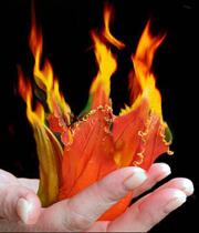 آتش در کف دست